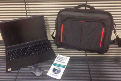Notebook mit Tasche und Maus